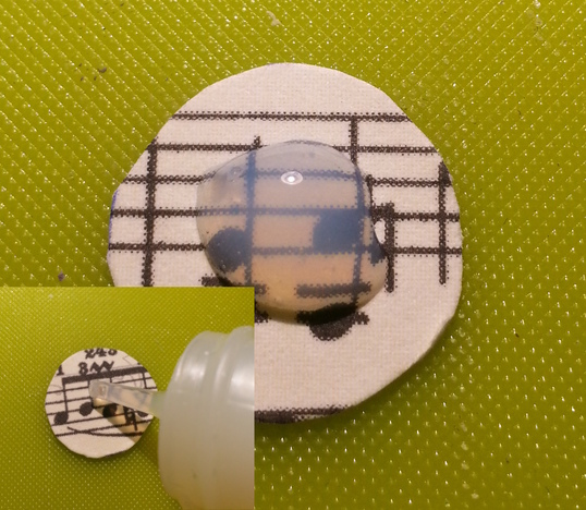 Kleber nicht zu knapp auftragen und Glascabochon vorsichtig andrücken