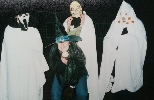 Kostüme können für die Halloweenparty ganz leicht selbst gebastelt werden.