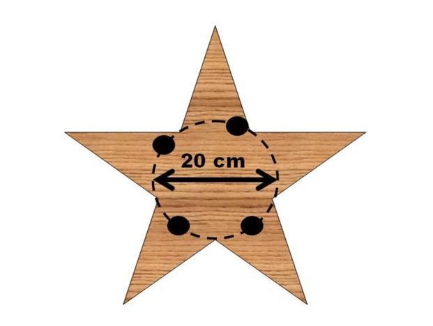 Schneiden Sie sich für ein klassisches Gesteck einen Holzstern zu.