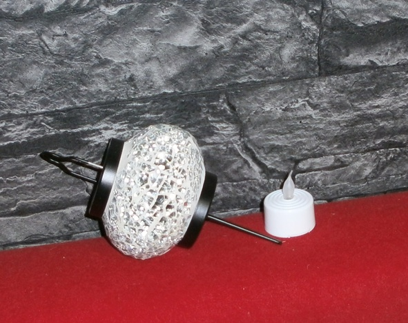 Windlicht mit Nagel als Dorn und LED-Flackerlicht für ein modernes Gesteck