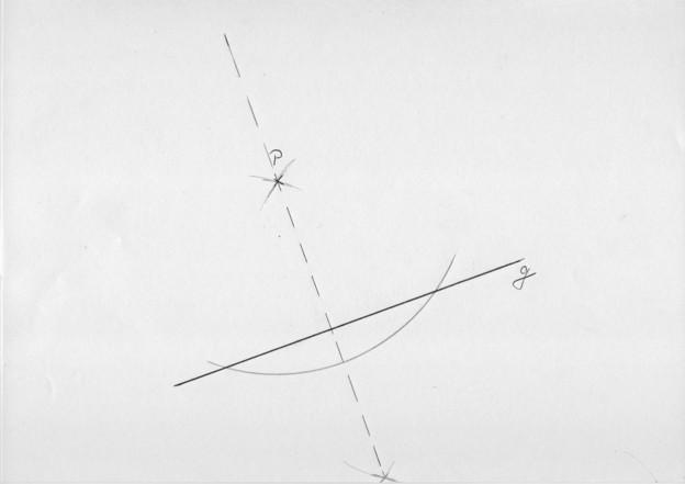 Konstruieren Sie die Mittelsenkrechte auf der Geraden g durch Punkt P.