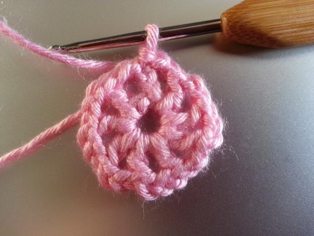 Die Blütenmitte kann auch in einer anderen Farbe gehäkelt werden.