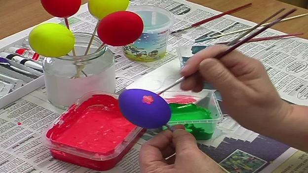 Verzieren Sie die Eier mit Frühlingsmotiven.