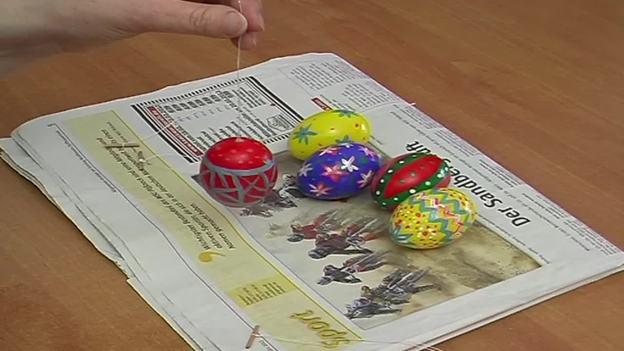 Durch das querliegende Holzstück können Sie das Ei an dem Faden aufhängen.