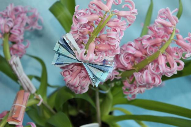 Ziehen Sie die Seiten des Geldscheins wie Flügel auseinander.