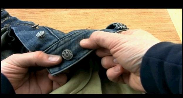 Suchen Sie sich eine Stelle für den Jeansknopf aus.