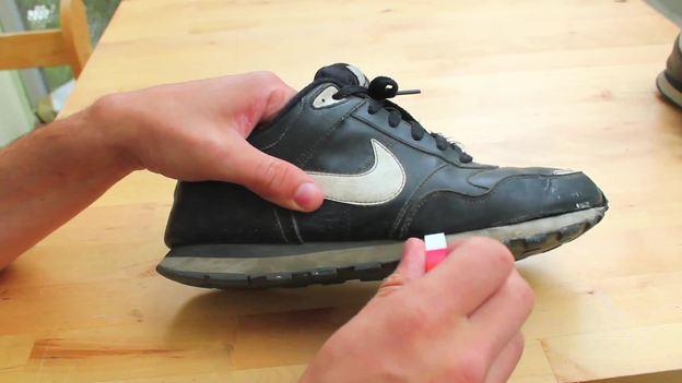 Entfernen Sie Schmutz mit einem weißen Radiergummi.