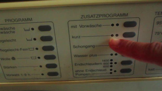 <a class='inlinelink' href='/haushalt/waschen-9148'>Waschen</a> Sie die Schuhe im Kurzprogramm bei 30-40° C.
