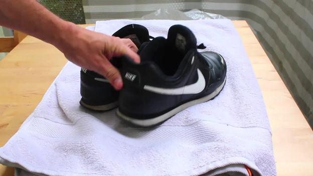 Stellen Sie die Schuhe nach der Wäsche auf ein Handtuch.