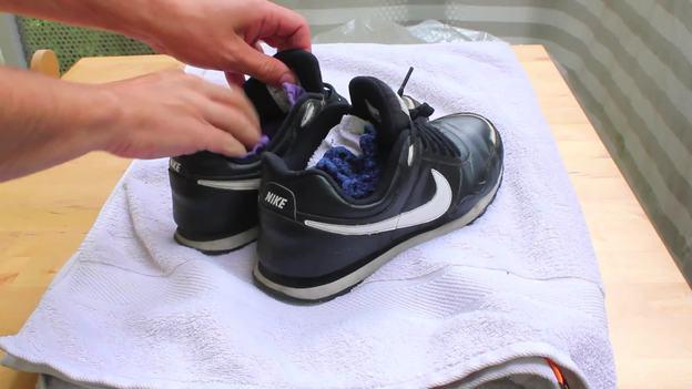 Stopfen Sie die Schuhe mit Handtüchern aus.