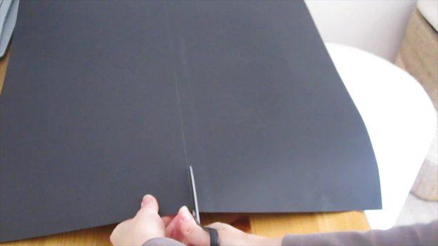 Schneiden Sie das Tonpapier auf die richtige Länge.