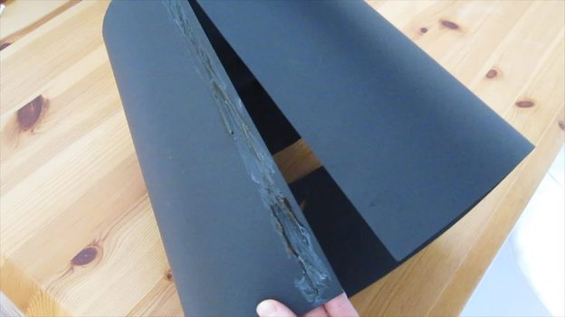 Kleben Sie die Tonpapierkanten zusammen.