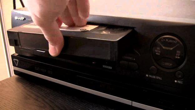 Legen Sie Kassette und DVD in die Geräte.