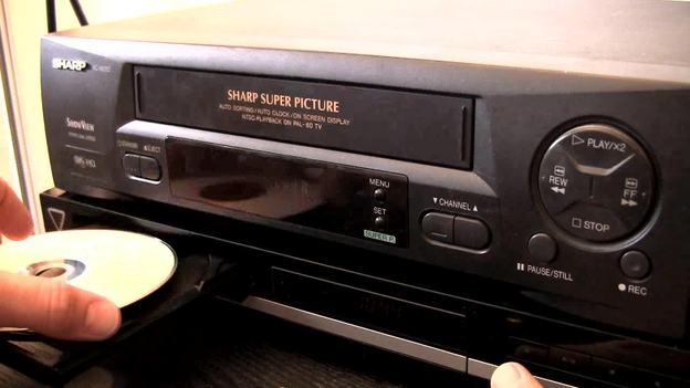 Beginnen Sie mit dem Abspielen der Kassette und der Aufnahme der DVD.