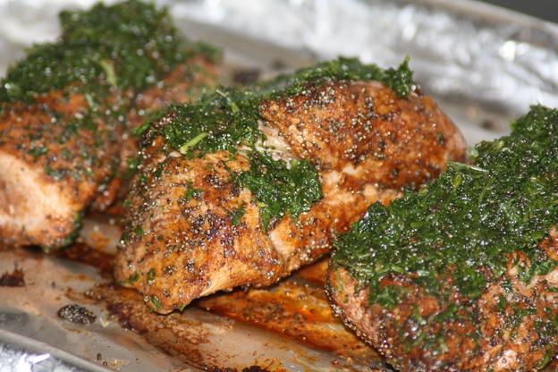 Nach dem Garen bekommt das Fleisch einen Kräutermantel.