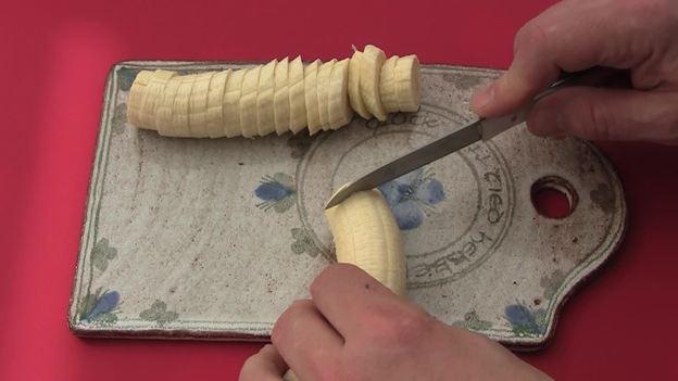 Die Bananen schälen und schneiden
