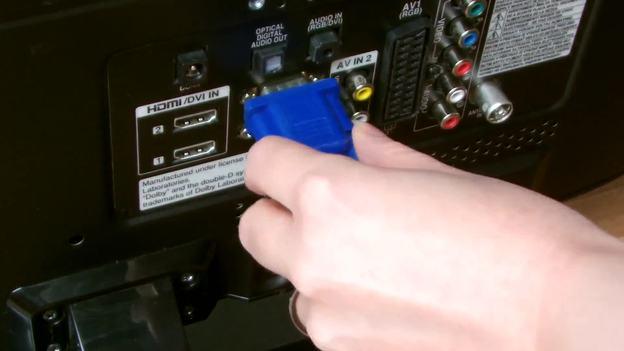 Hier das VGA-Kabel am Fernseher einstecken.