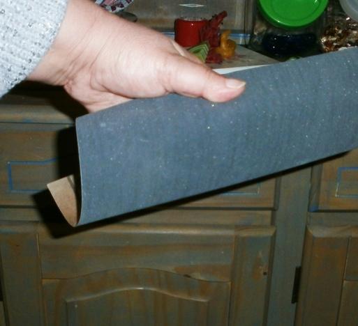Schleifpapier um einen Holzklotz legen