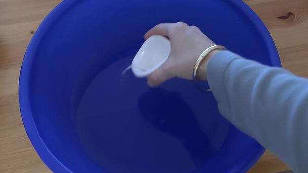 Wasser mit Salz mischen