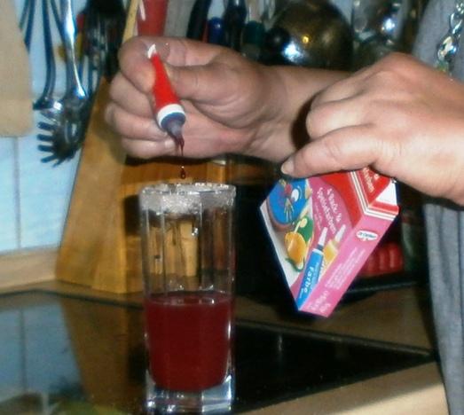 Sirup im Glas färben.