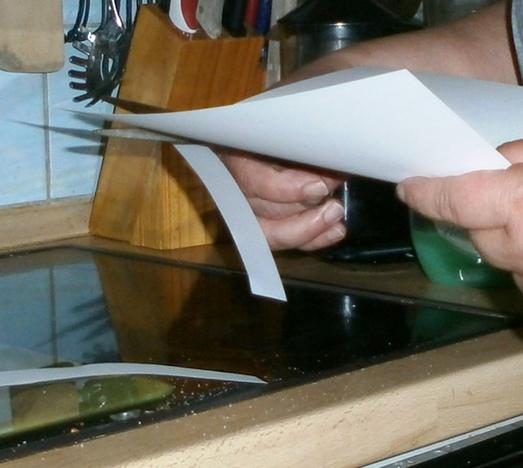Papier zuschneiden.