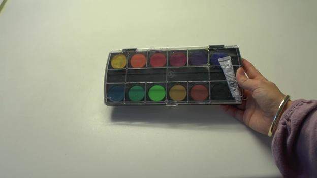 Braun aus den Farben des Farbkastens mischen.