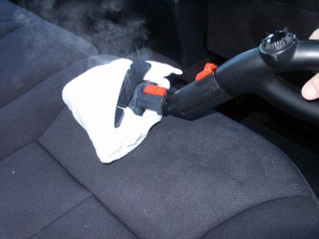 Für große Flächen eignet sich ein Teppichreinigungsgerät mit Zusatz.