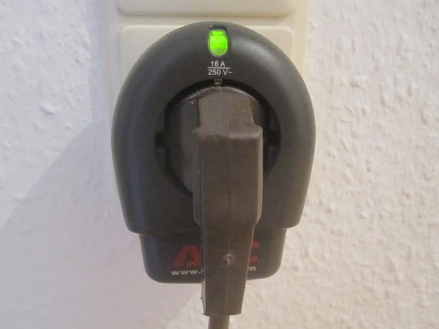 Blitzschutzsteckdosen werden zwischen Steckdose und Stromkabel angebracht.