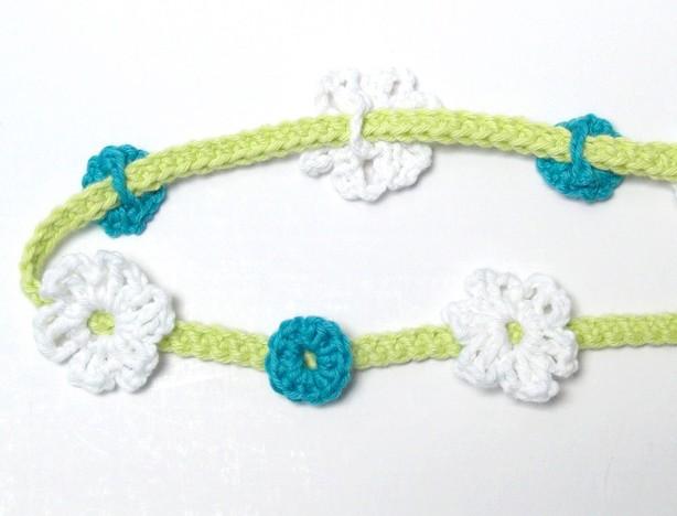 Grünes Band mit Blüten und Kreisen verzieren