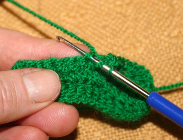 Stäbchen häkeln 2: den Faden für die dritte Schlinge durchholen.