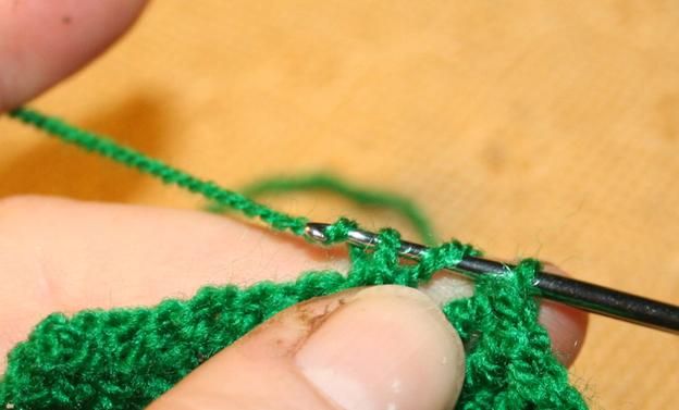Stäbchen häkeln 4: für halbe Stäbchen den Faden durch drei Schlingen ziehen, für ganze Stäbchen nur durch zwei.