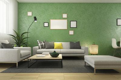 Eine Wohnzimmergarnitur besteht aus mehreren Polstermöbeln im gleichen Design.