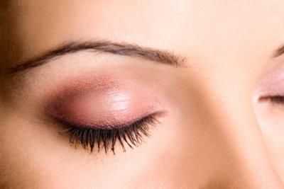 Mit Schablonen die Augenbrauen perfekt formen.
