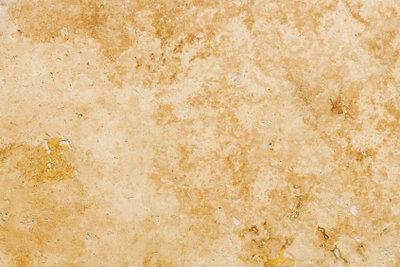 Einen Steinboden mit einfachen Mitteln reinigen.