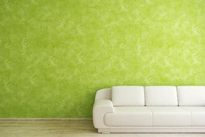 Farbige Wände reichen oft als Wandschmuck.