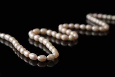 Auch Sie können tolle Perlenketten flechten.