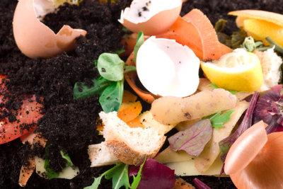 Pflanzerde wird aus Kompost gewonnen.