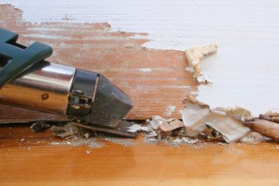 Abbeizen von Holz mit der Heißluftpistole.
