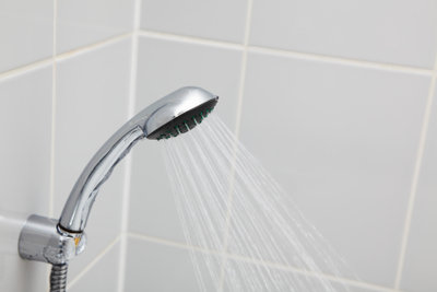 Aus der Badewanne wird eine Dusche.
