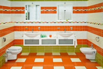Ein schickes Bad mit wandhängendem WC.