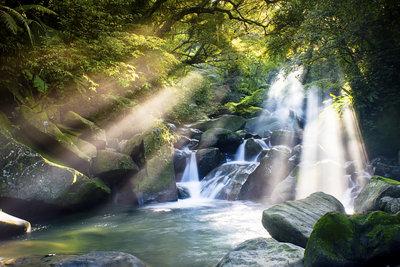 Quellwasser stammt aus unterirdischen Gebirgsquellen.