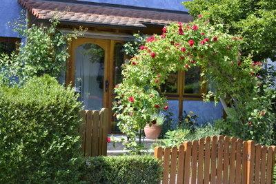 Einfache Gartentore können selbst gebaut werden.