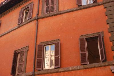 Fensterläden aus Holz verbreiten Atmosphäre.