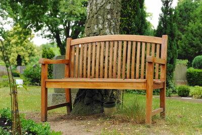 Holzmöbel im Außenbereich müssen gepflegt werden.