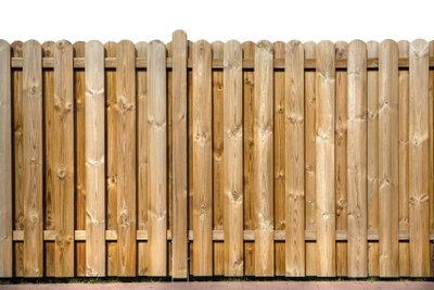 Mit einer Imprägnierung bleibt Ihr Holzzaun schön.