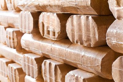 Das fertige Produkt einer Holzbrikettpresse.