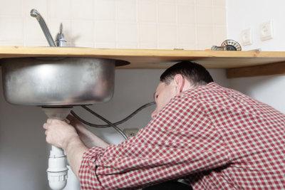 Bei Verstopfung zuerst das Abflussrohr untersuchen.