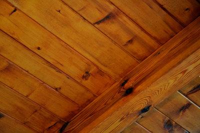 Unterkonstruktion für Holzdeckenisolation richtig anbringen.