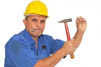 Der Heimwerker installiert die Kassettendecken selber.