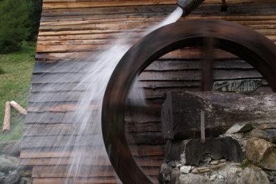 Gönnen Sie sich eine Wassermühle.
